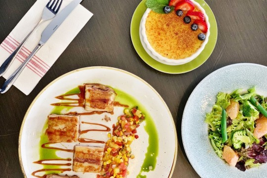 クイーンカピオラニホテルの人気レストラン『デック』においしいランチメニューが新登場!