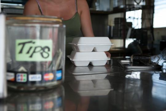 プラスチック削減を目的としたオアフ島の食品販売業者への新たな条例が4月1日より施行開始