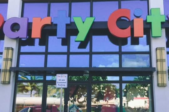 パーティグッズを買い揃えてふたりらしいハワイアンデコレーションを! Party City パーティ・シティ