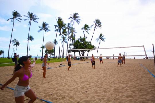 ハワイでビーチバレーで遊んじゃおう!
