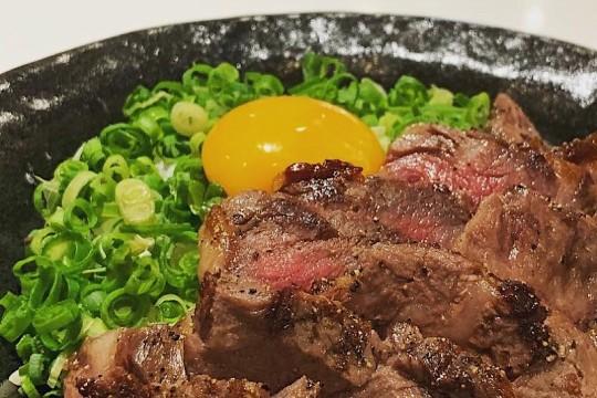 US和牛の新メニュー!ハワイ産新鮮ブランド卵のTKG(卵かけご飯)、カレー、牛たたきの3品!